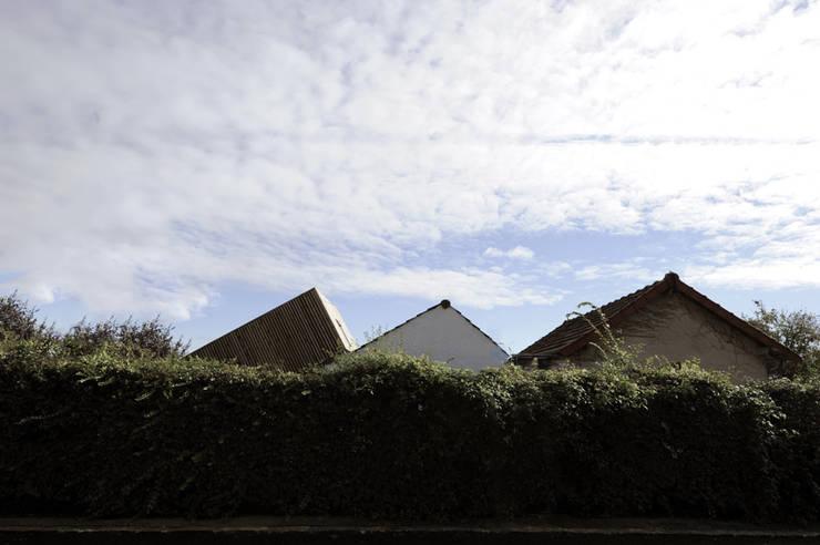 Surélévation d'une maison à Palaiseau: Maisons de style  par PLAYGROUND ATELIER D'ARCHITECTURES