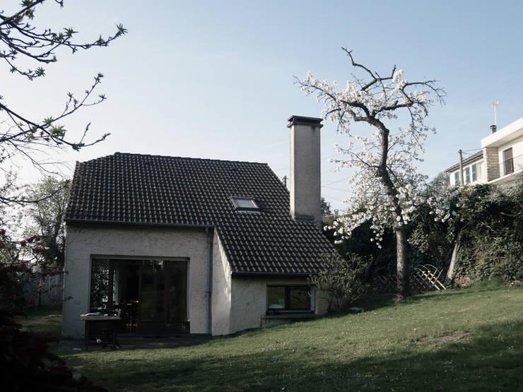 Vue la maison existante depuis le jardin:  de style  par PLAYGROUND ATELIER D'ARCHITECTURES