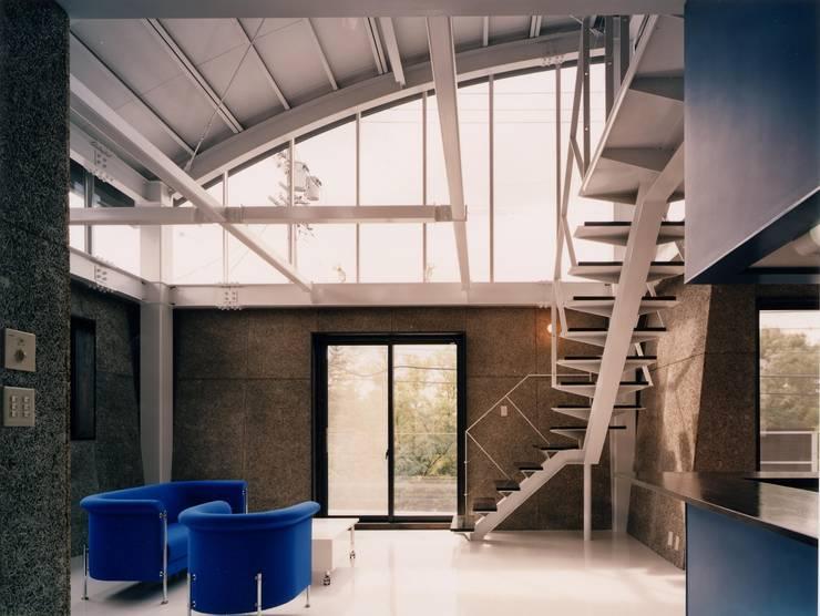 雨宿りの家: 山田高志建築設計事務所が手掛けたリビングです。,モダン