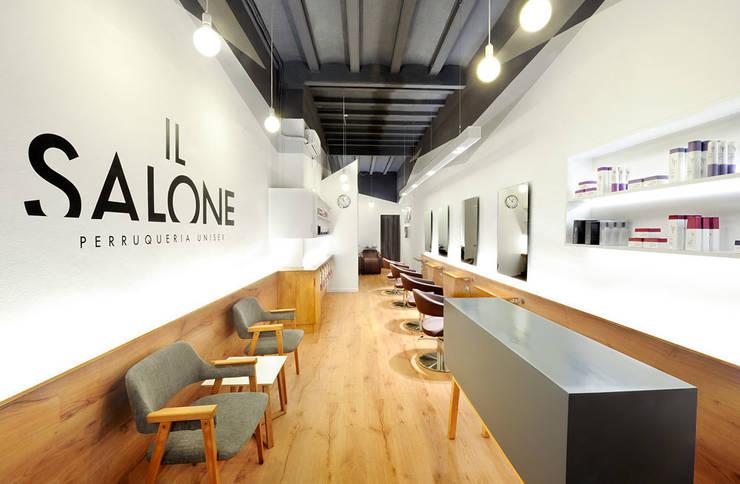 IL SALONE. Peluquería unisex: Espacios comerciales de estilo  de Egue y Seta