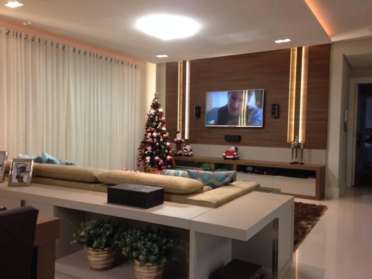 SALA DE ESTAR HOME: Sala de estar  por Luizana Wiggers Projetos