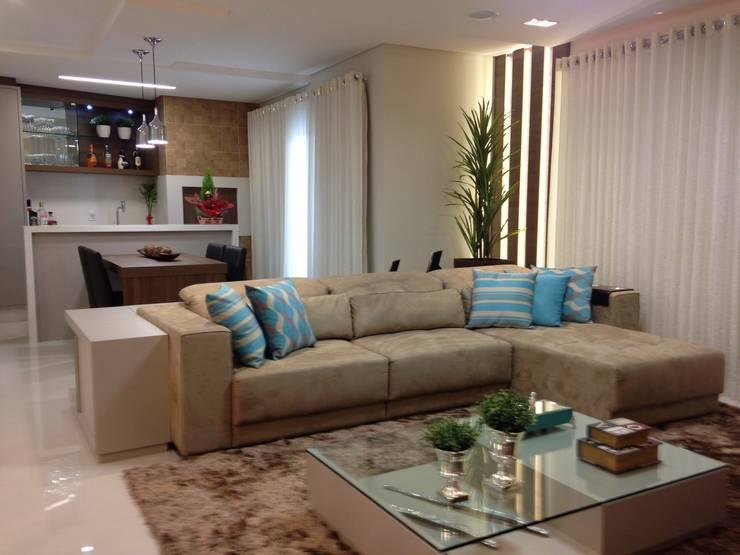 SALA E CHURRASQUEIRA: Salas de estar  por Luizana Wiggers Projetos