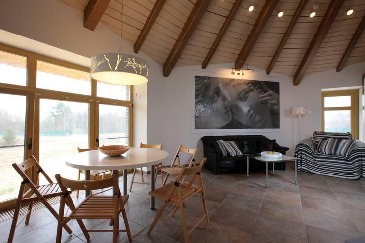 юрта в подмосковье: Столовые комнаты в . Автор – Архитектурное бюро и дизайн студия 'Линия 8'