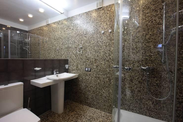 юрта в подмосковье: Ванные комнаты в . Автор – Архитектурное бюро и дизайн студия 'Линия 8'