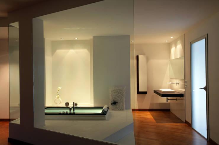 Casa C: Bagno in stile  di Damilano Studio, Moderno