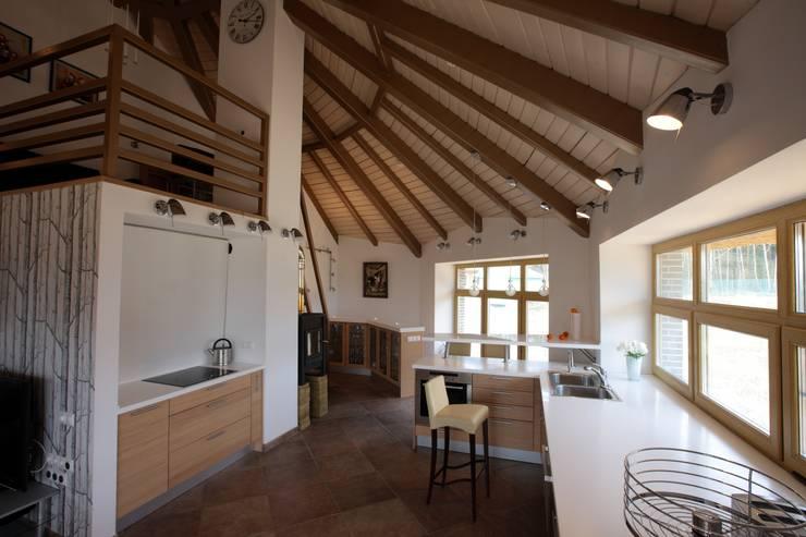 юрта в подмосковье: Кухни в . Автор – Архитектурное бюро и дизайн студия 'Линия 8'