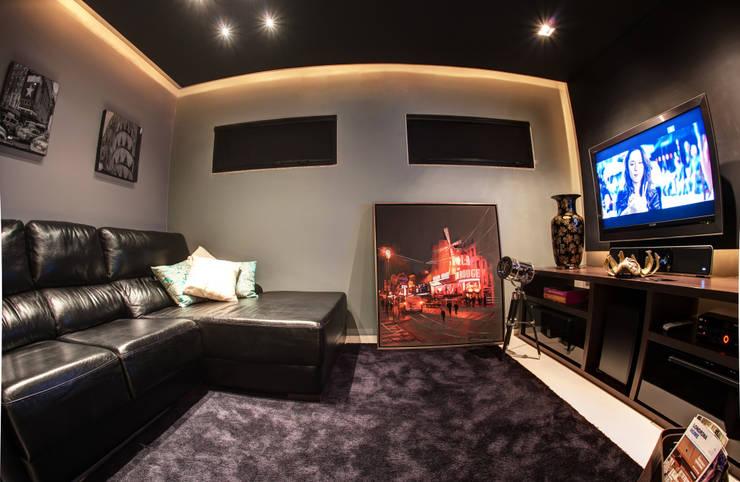 Moderner Multimedia-Raum von Renato Lincoln - Studio de Arquitetura Modern
