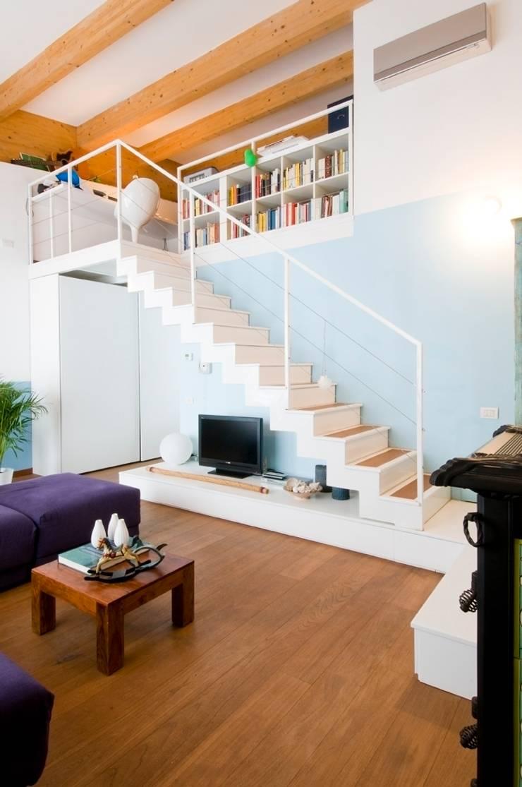 Interno Milanese: Casa M.: Soggiorno in stile  di Studio Archipass,