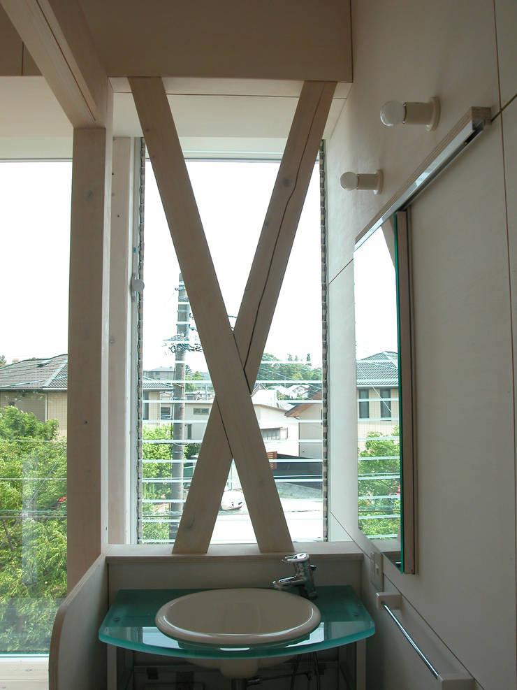 K&K-HOUSE リビング一隅の洗面: M4建築設計室が手掛けた浴室です。
