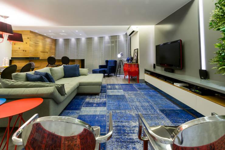 Projeto 17 - Residência clean: Salas de estar modernas por GREISSE PANAZZOLO ARQUITETURA