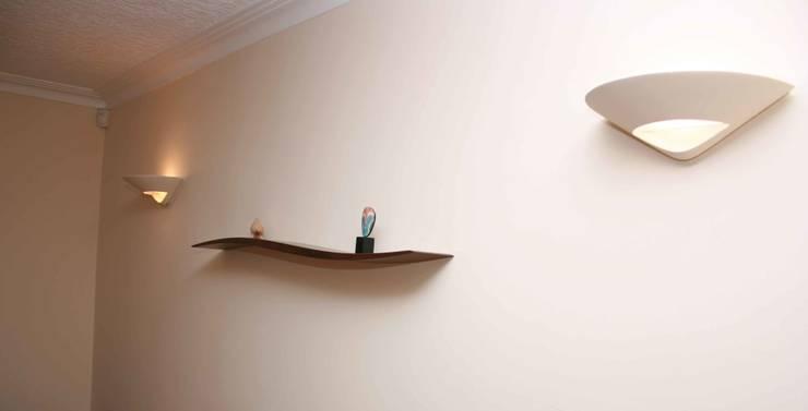 Onda Shelf: modern Living room by David Tragen