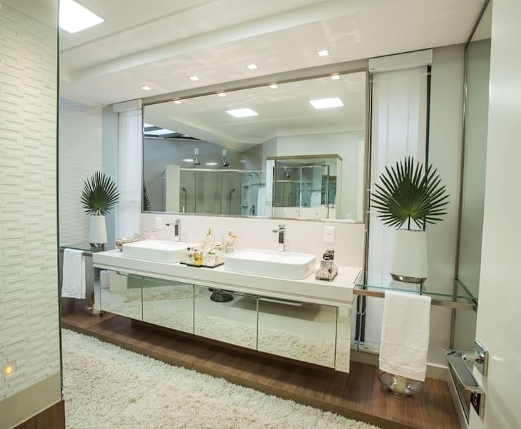BANHEIRO DA SUÍTE DO CASAL: Banheiros  por Élcio Bianchini Projetos