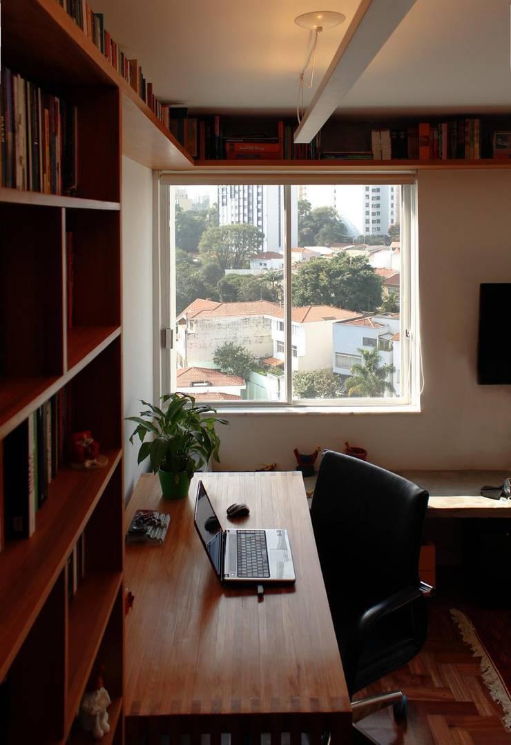 Apartamento em Pinheiros: Escritórios  por Mínima arquitetura e urbanismo