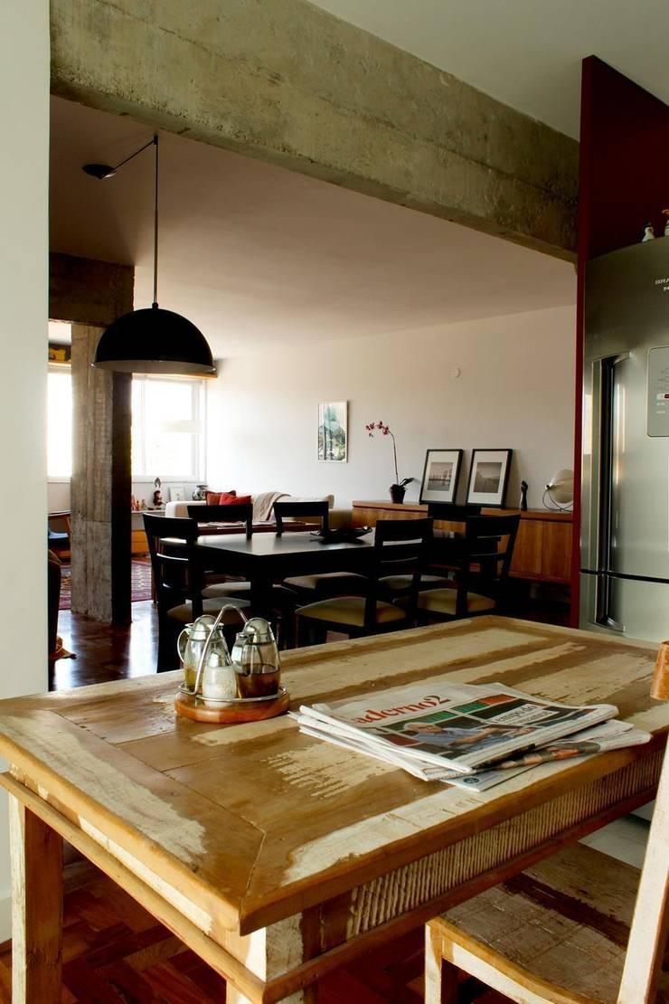 Apartamento em Pinheiros: Salas de jantar  por Mínima arquitetura e urbanismo