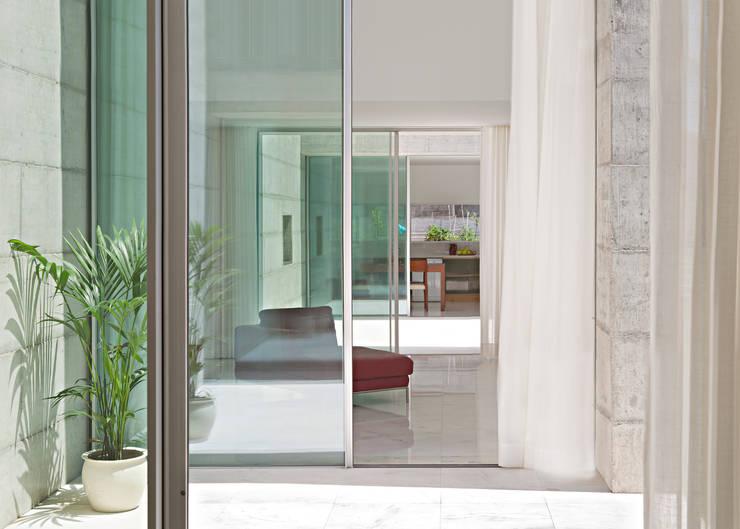 Casa em Moreira: Janelas   por Phyd Arquitectura