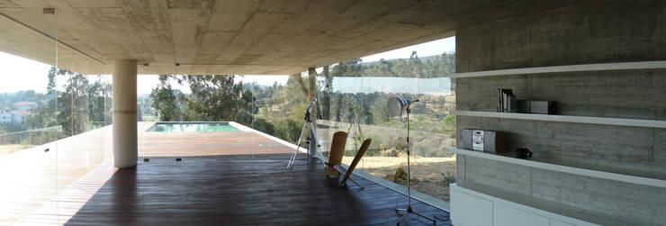 Casa em Pedrogão: Salas de jantar  por Phyd Arquitectura