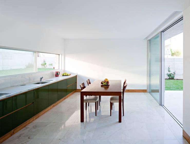 Casa em Moreira: Salas de jantar  por Phyd Arquitectura