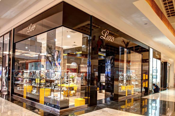 Fachada: Lojas e imóveis comerciais  por Renato Lincoln - Studio de Arquitetura