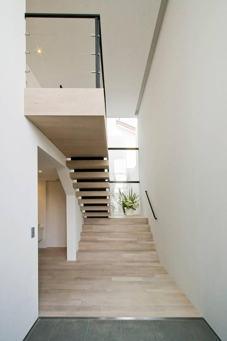 Pasillos, vestíbulos y escaleras de estilo moderno de エスプレックス ESPREX Moderno
