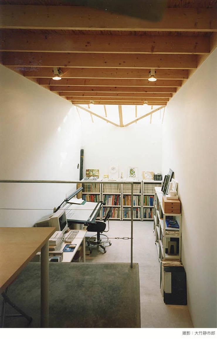 white snake: 瀧浩明建築計画事務所/studio blankが手掛けた書斎です。