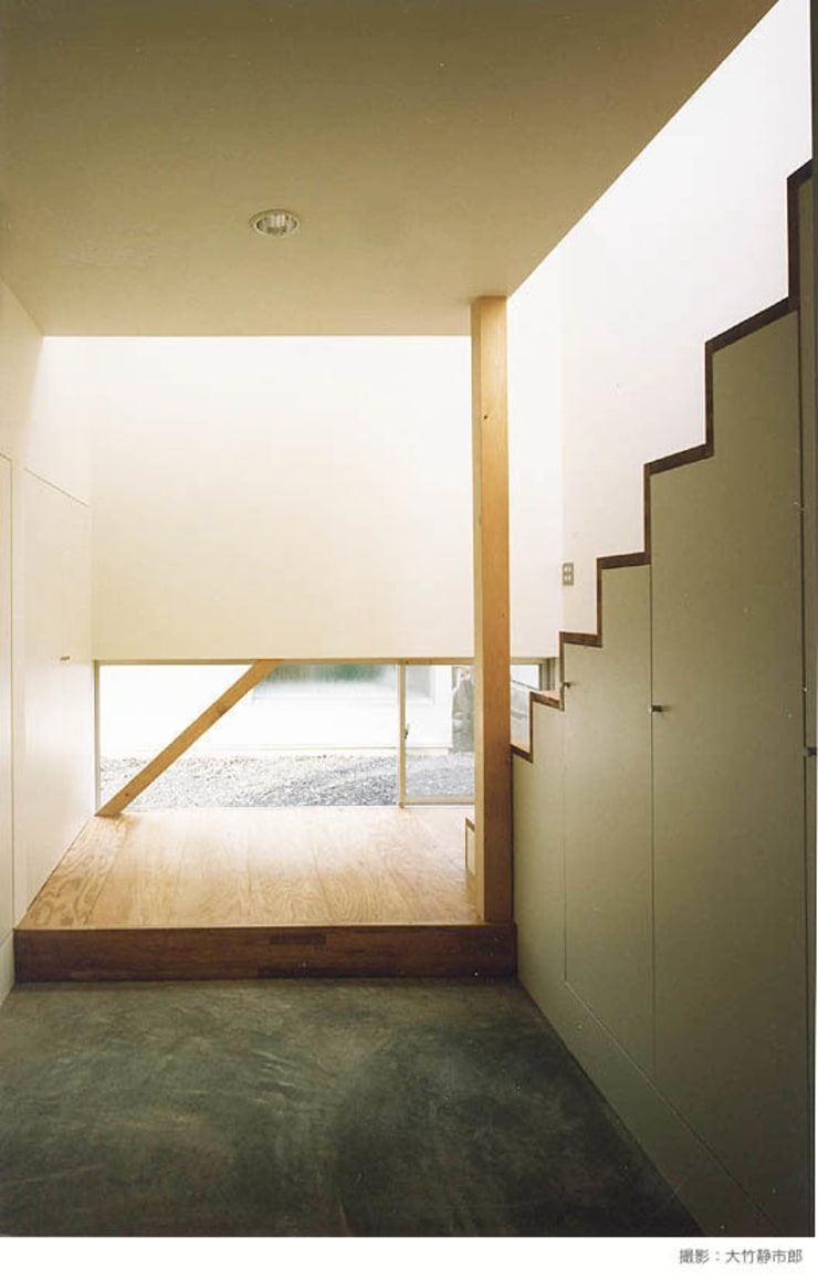 white snake: 瀧浩明建築計画事務所/studio blankが手掛けた廊下 & 玄関です。