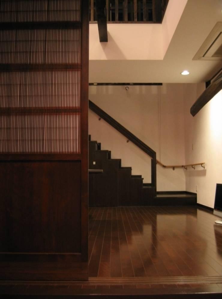 蚊帳のれんを潜る家: 山田高志建築設計事務所が手掛けた玄関&廊下&階段です。,