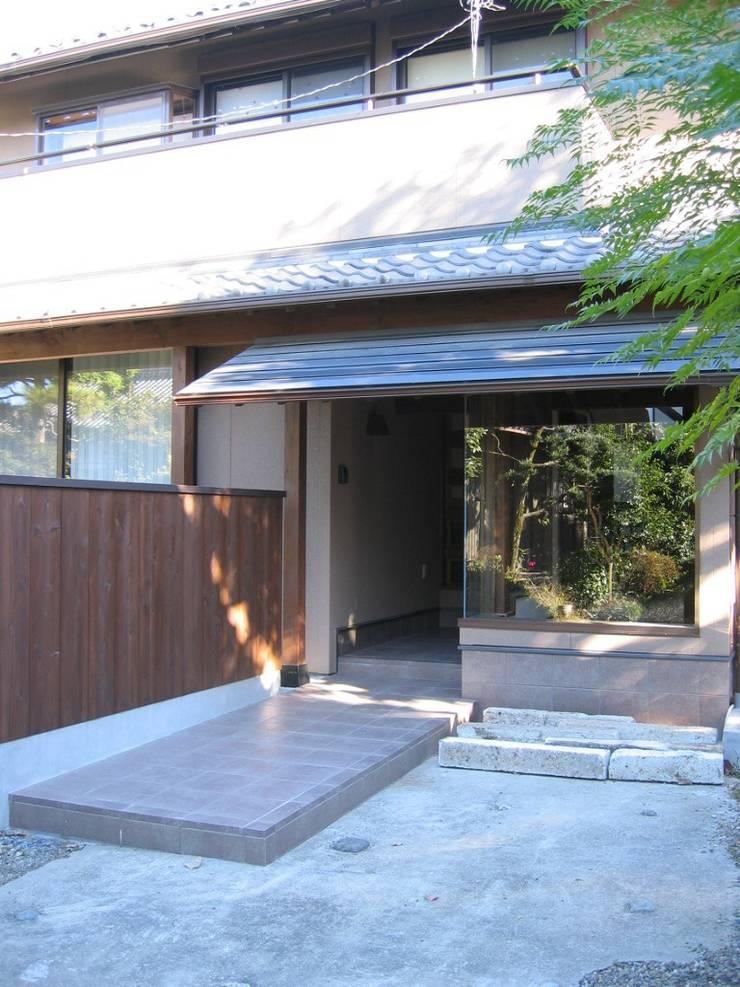 蚊帳のれんを潜る家: 山田高志建築設計事務所が手掛けた家です。,