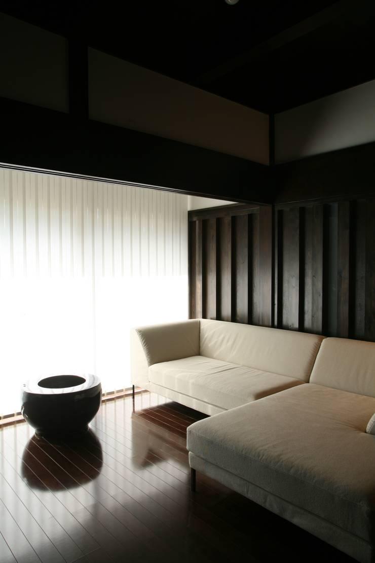 蚊帳のれんを潜る家: 山田高志建築設計事務所が手掛けたリビングルームです。,