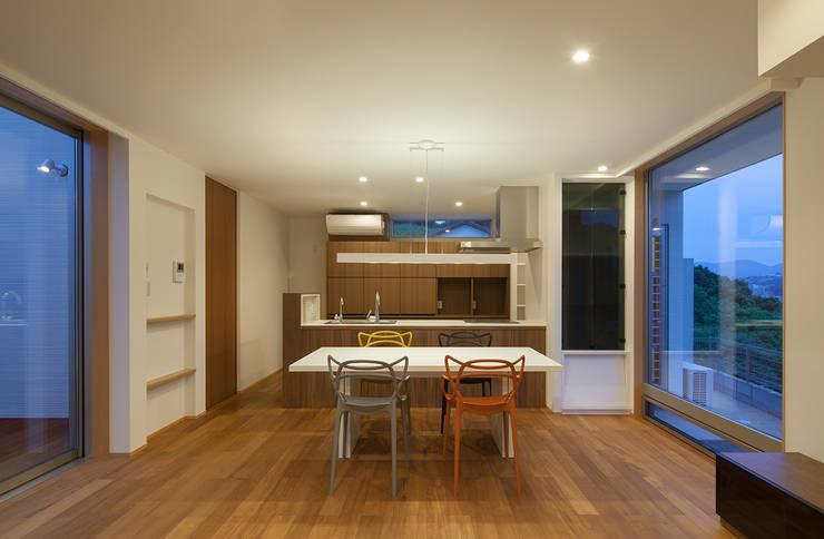 HOUSE IN SHIRATAKE: J.HOUSE ARCHITECT AND ASSOCIATESが手掛けたダイニングです。,