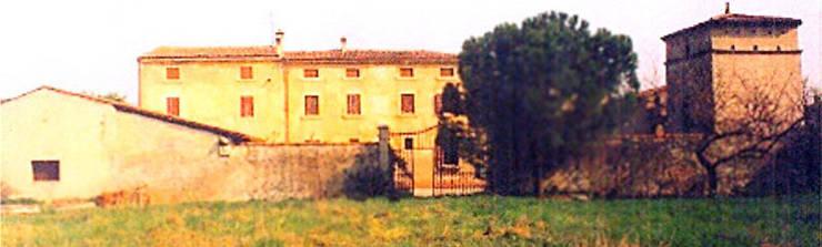 Corte Serena Morando - prima del recupero: Case in stile  di Architetto Teresa Costalunga