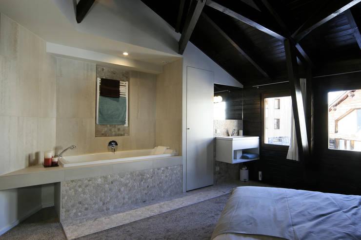 réaménagement d'un chalet à Avoriaz: Chambre de style de style Moderne par Florine Burger Architecte
