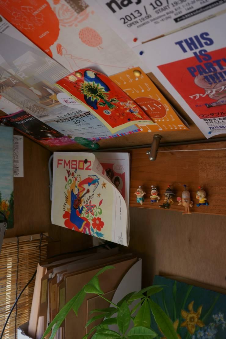 屋根裏のアトリエ: ムラカミマサヒコ一級建築士事務所が手掛けた書斎です。