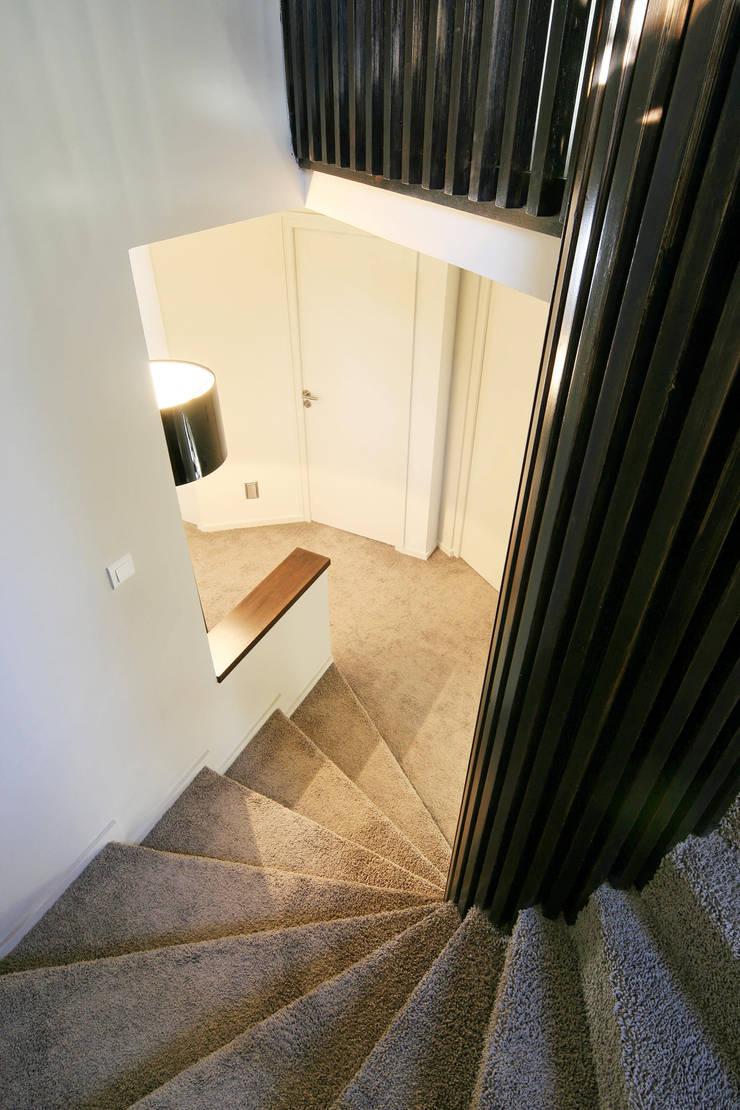 réaménagement d'un chalet à Avoriaz: Couloir et hall d'entrée de style  par Florine Burger Architecte