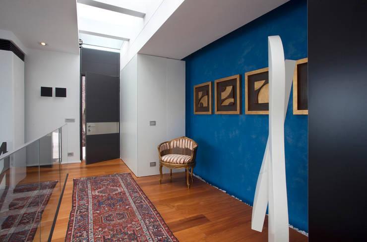 Interni: Ingresso, Corridoio & Scale in stile  di Studio 4