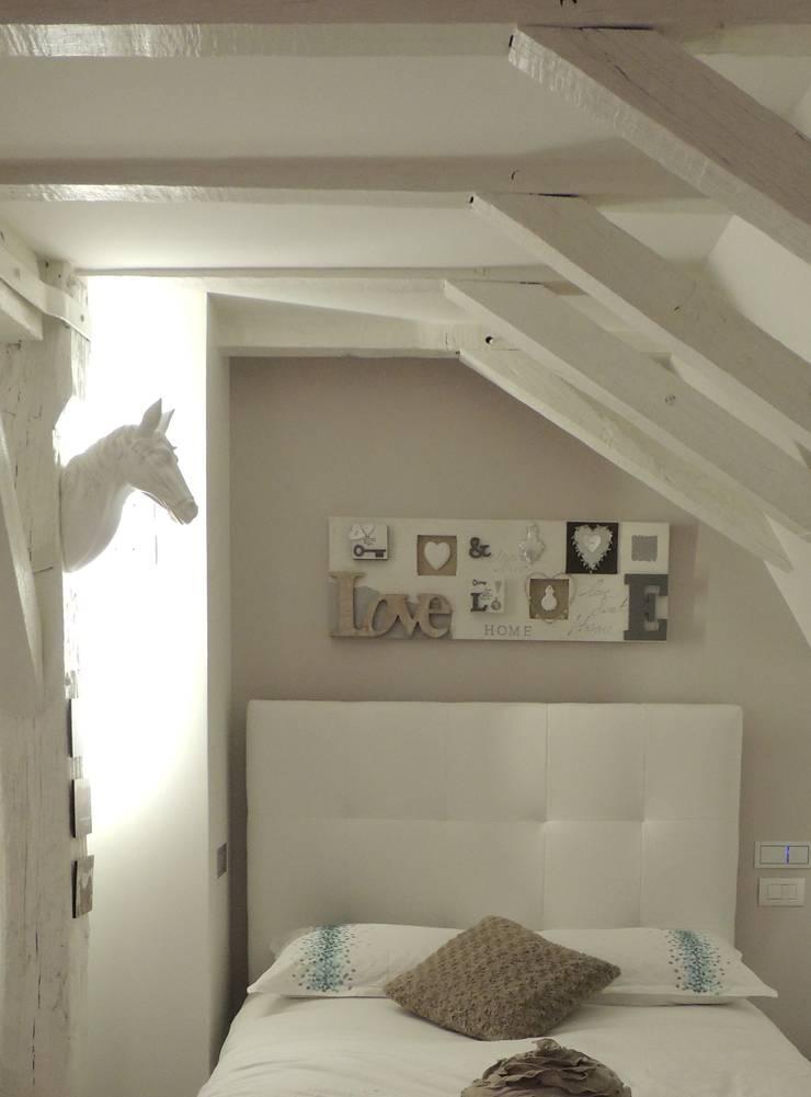 La  chambre d'une  jeune ado dans les tons taupe lin blanc: Chambre de style  par L'Autrement Déco