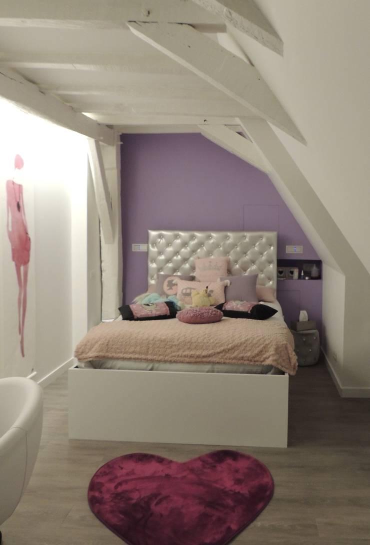 Chambre d'une petite fille qui devient grande dans les tons parme violet: Chambre de style  par L'Autrement Déco