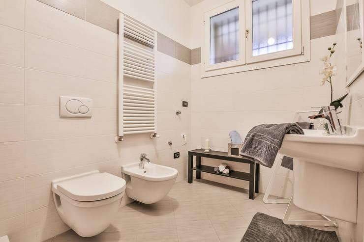 Il bagno 1:  in stile  di FOSCA de LUCA Home Stager & Redesigner