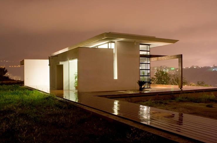 L'edificio visto dall'accesso del terreno di pertinenza.: Case in stile  di Studio 4,