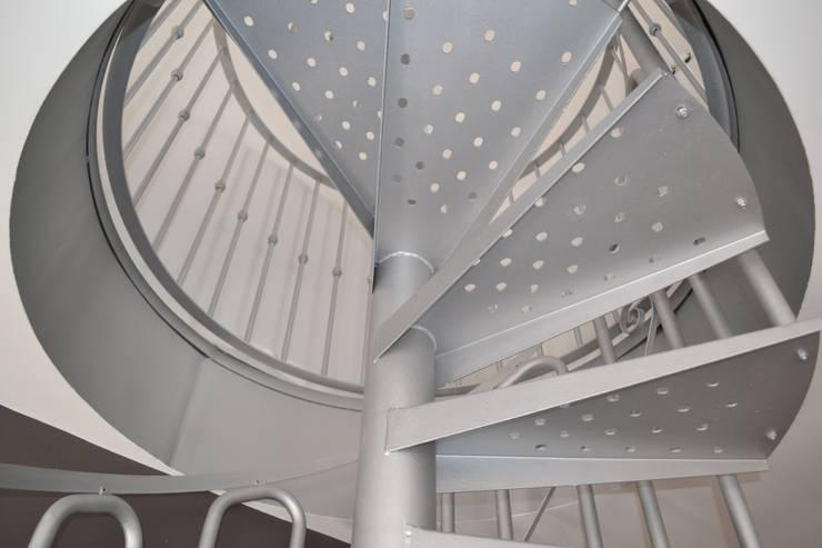 Salón Urbano: Vestíbulos, pasillos y escaleras de estilo  de MIMESIS INTERIORISMO
