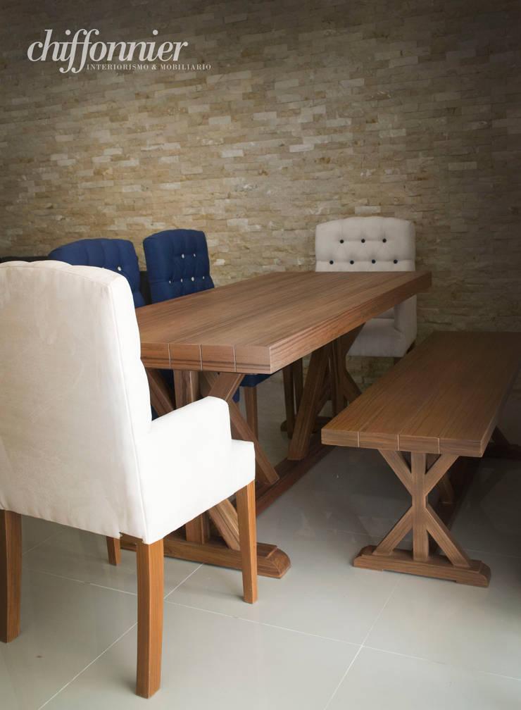 Comedor con banca y sillas: Comedor de estilo  por Chiffonnier