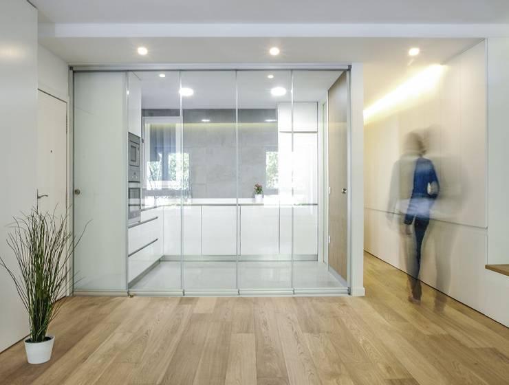 Cocina con puerta corredera: Cocinas de estilo  de DonateCaballero Arquitectos