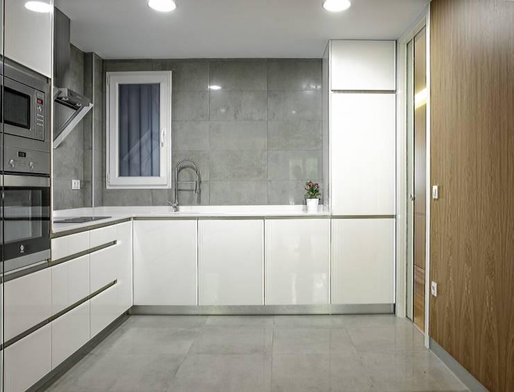 Cocinas de estilo moderno por DonateCaballero Arquitectos