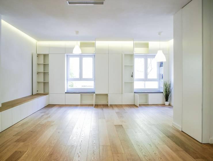 Salón con mobiliario en paredes: Salones de estilo  de DonateCaballero Arquitectos