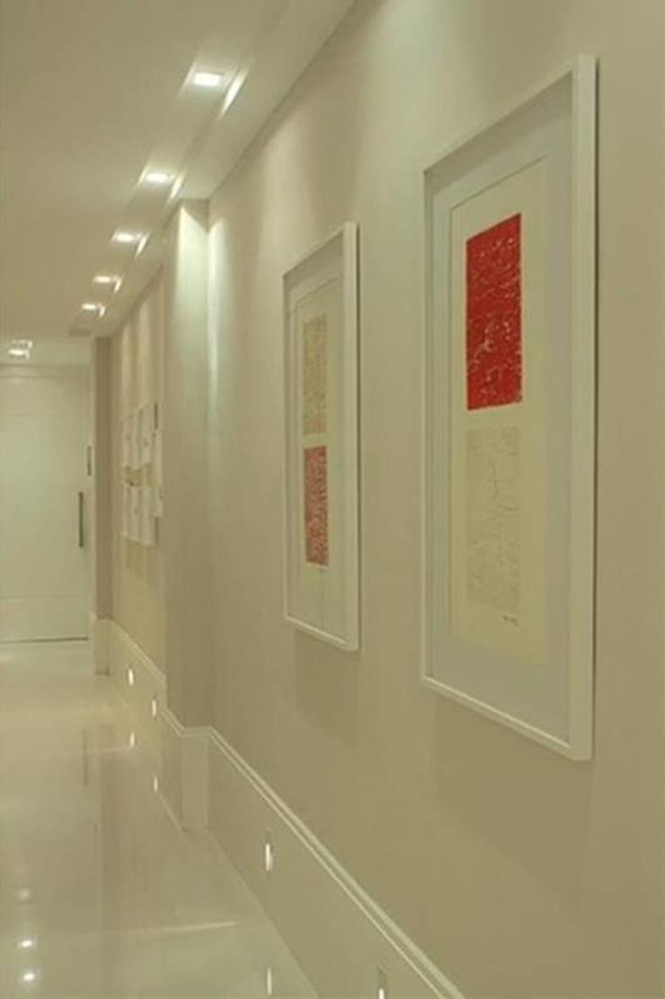 Apartamento Jardim Oceânico: Corredores e halls de entrada  por Cadore Arquitetura