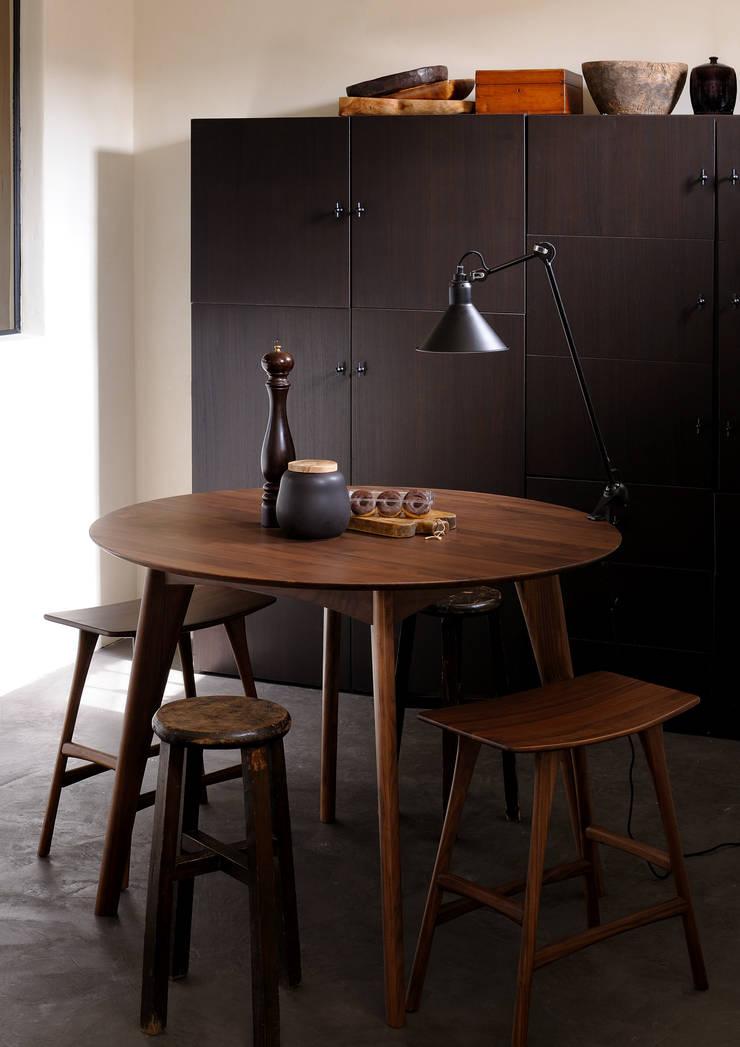 Mesa y Bancos de Nogal: Comedor de estilo  por bolighus design