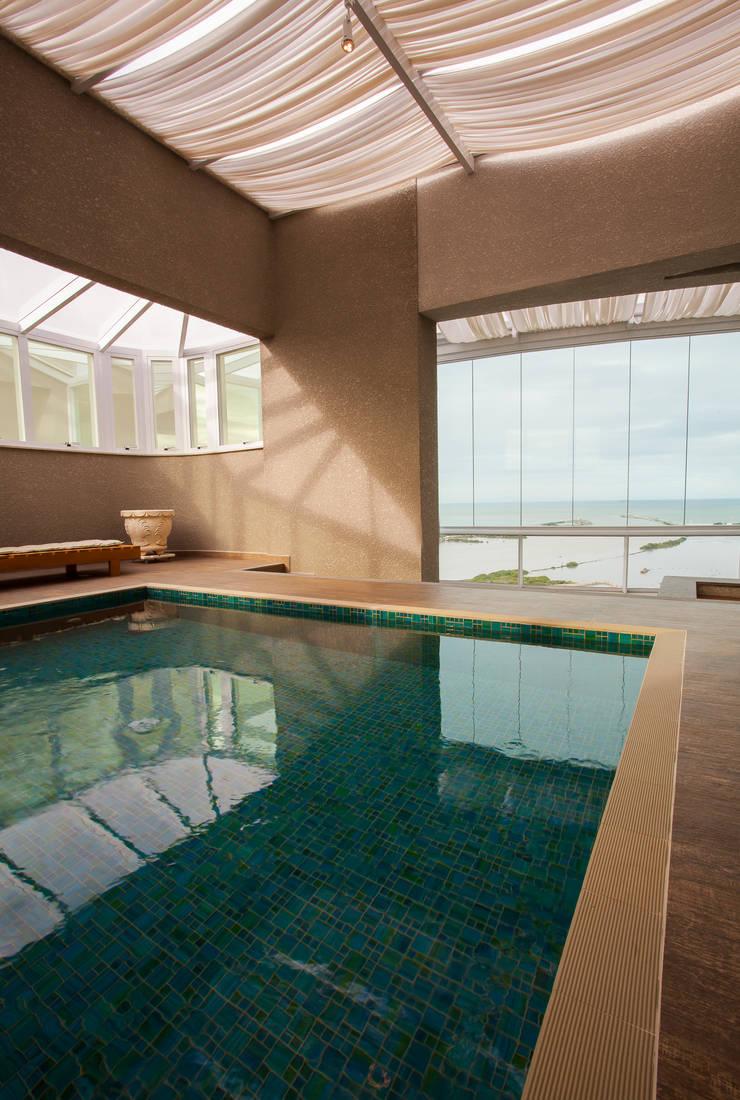 Piscina coberta: Terraços  por Luine Ardigó Arquitetura,