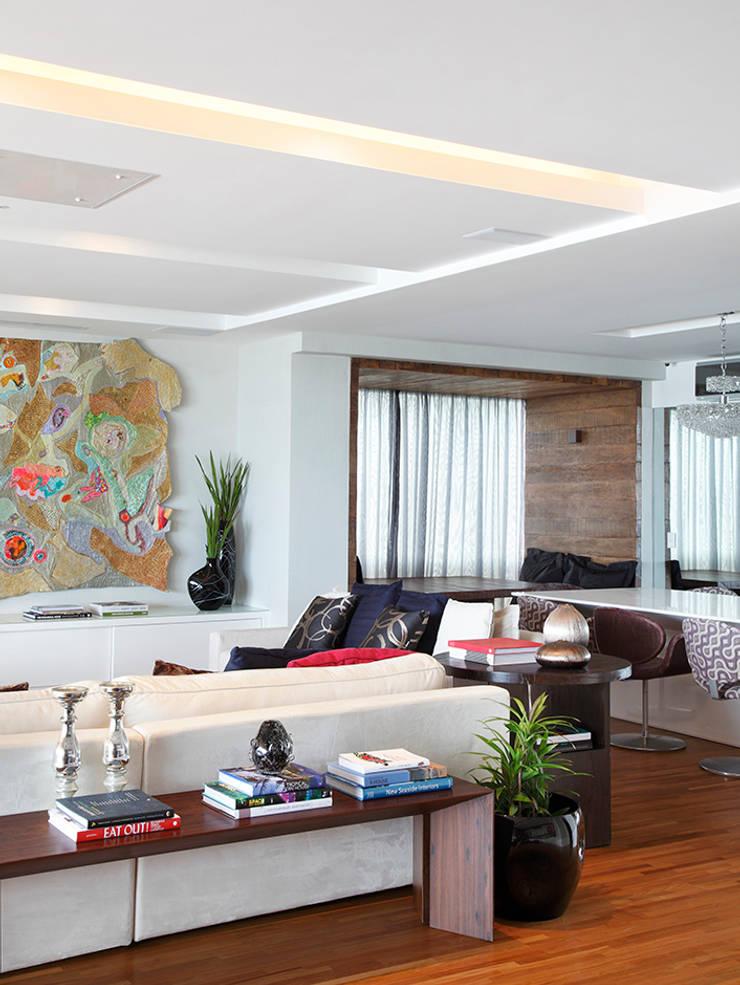 Apartamento Praia do Pepê: Salas de estar  por Cadore Arquitetura