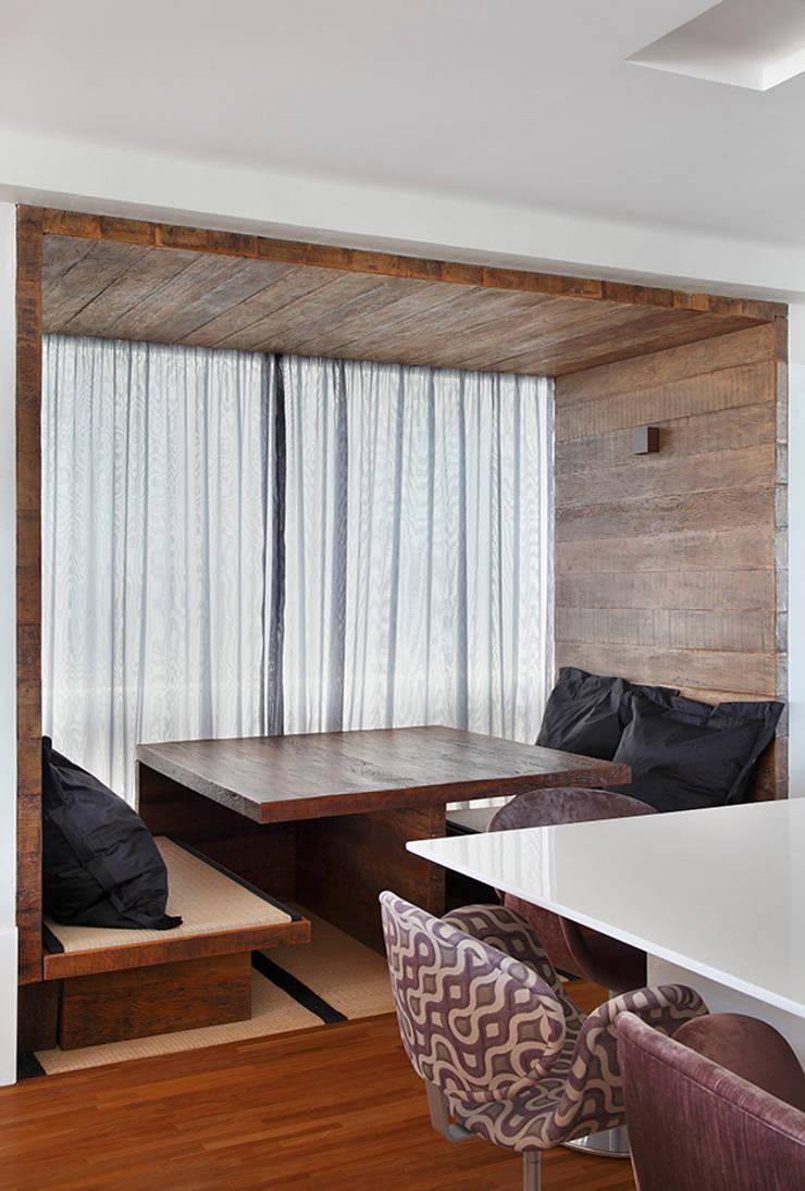 Apartamento Praia do Pepê: Salas de jantar  por Cadore Arquitetura