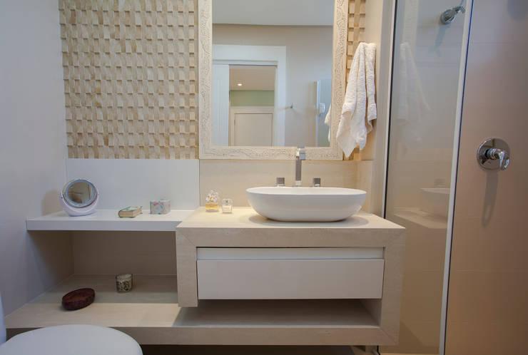 Apartamento Cobertura Duplex: Banheiros  por Luine Ardigó Arquitetura,