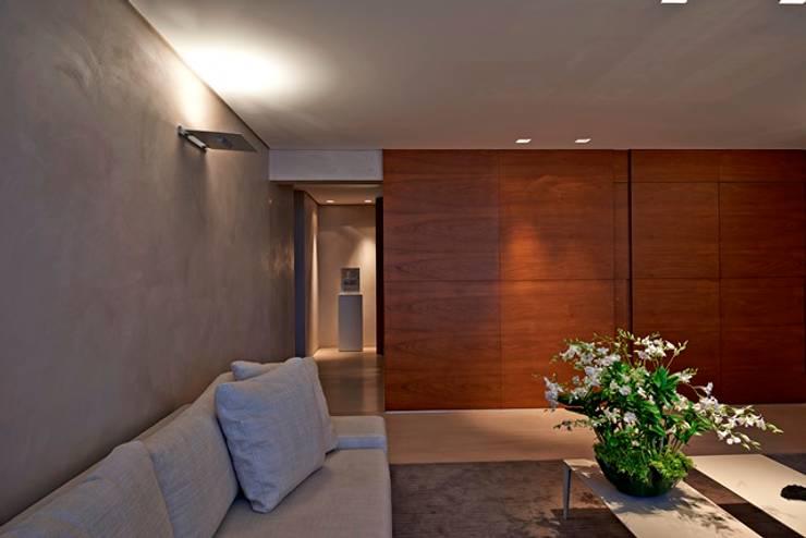 Residência A&S: Salas de estar  por Alessandra Contigli Arquitetura e Interiores